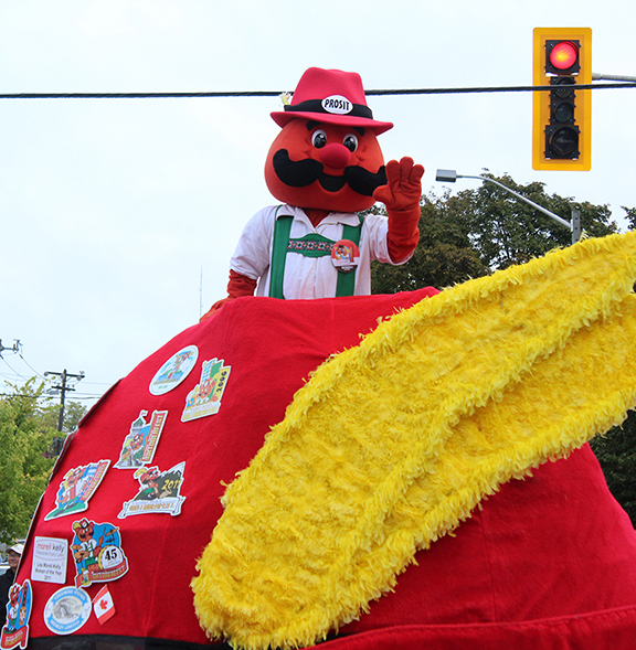 Onkel Hans waves to the crowd.